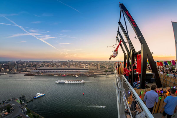 Over the Edge - Schaukel auf dem A'DAM Lookout